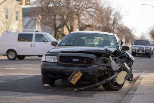 Pentru ce motive instanta a acordat despagubiri pentru accidentul rutier desi societatea de asigurare a sustinut ca nu s-a dovedit ca piatra care a sărit în parbriz aparține vehiculului ce a proiectat-o în parbriz.
